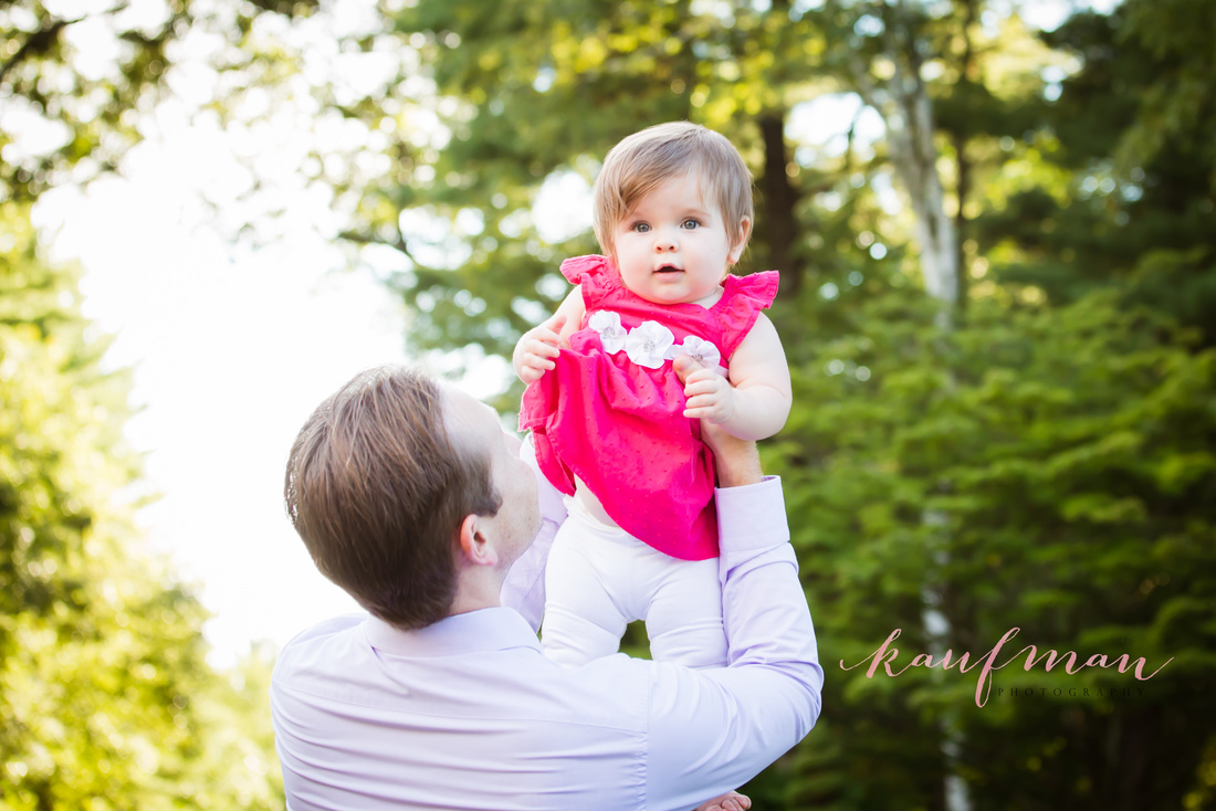 Picture of a baby girl. Picture at an outdoor photo session. Baby Photo Session.