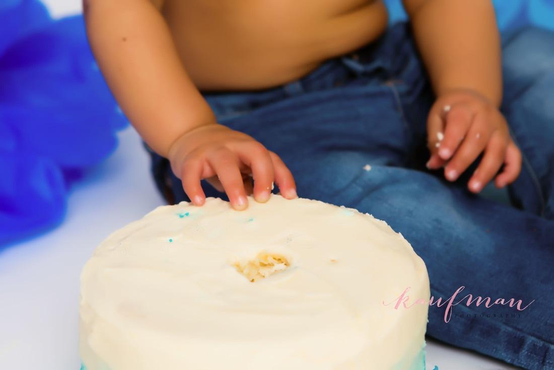 one year old cake smash, photo of one year old smashing the cake, 1 year photo session, first birthday cake smash